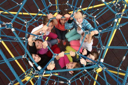 Schülerinnen im Klettergerüst
